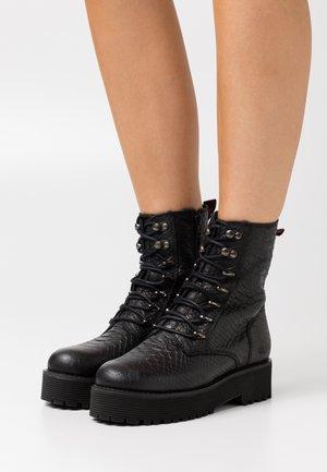 MATTIE - Kotníkové boty na platformě - black