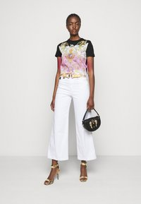 Versace Jeans Couture - LADY - Print T-shirt - black/pink - 1