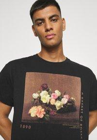 Mennace - ROSEBOWL BASKET OF ROSES - Print T-shirt - washed black - 3