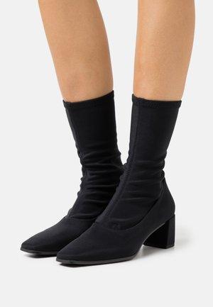 TESSA - Vysoká obuv - black