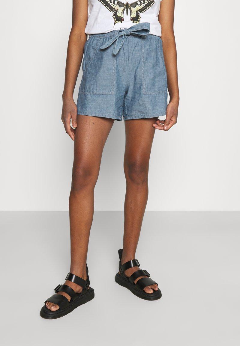 Vero Moda - VMAKELA CHAMBRAY PAPERBAG  - Shorts - medium blue denim