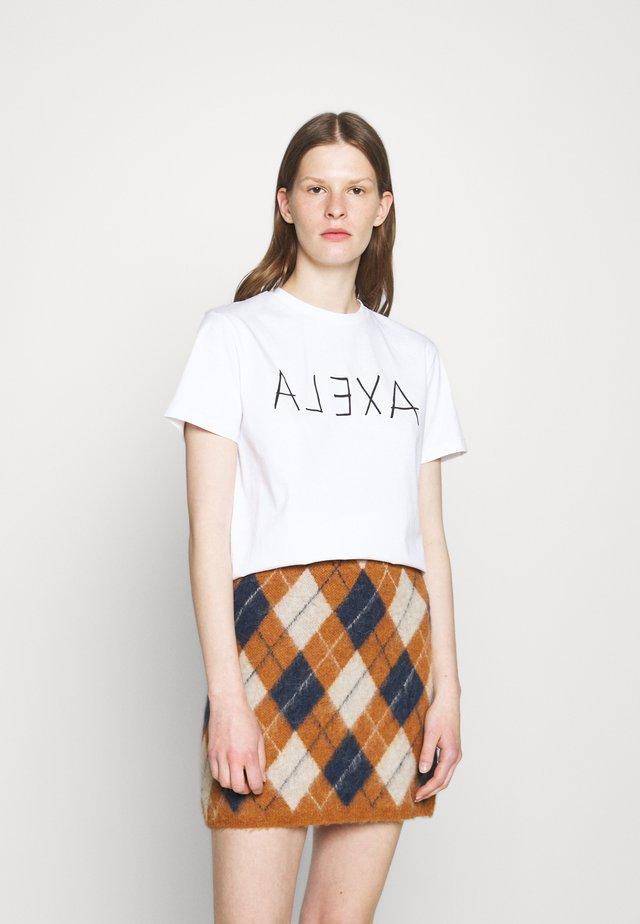 ALEXA BOXY TEE - Triko spotiskem - white