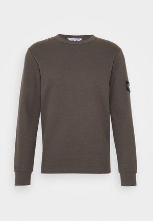 MONOGRAM BADGE TEE - Long sleeved top - aluminium grey