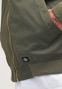 Dickies - HUGHSON - Bomber Jacket - dark olive - 4