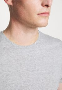 Pier One - 3 PACK - T-shirt basic - olive/dark blue/grey - 7