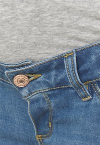 Pieces Maternity - PCMDELLA - Denim shorts - light blue denim - 2