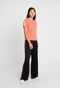 Calvin Klein Jeans - TAPE LOGO STRAIGHT TEE - Basic T-shirt - hot coral - 1