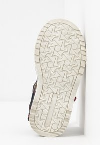 Kickers - PEPSTER - Sandály - marine/rouge - 4