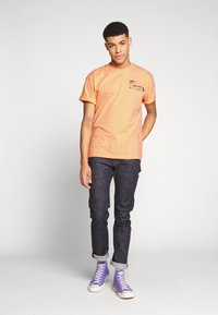 Edwin - ONE THE ROAD - T-shirt con stampa - cantaloupe - 1