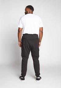 Only & Sons - KENDRICK CHINO PRINT  - Teplákové kalhoty - black - 2