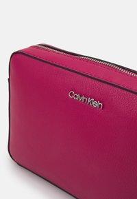 Calvin Klein - CAMERA BAG - Sac bandoulière - cerise - 3