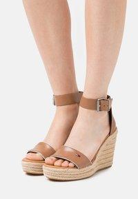 Tommy Jeans - ESSENTIAL WEDGE - Platform sandals - summer cognac - 0