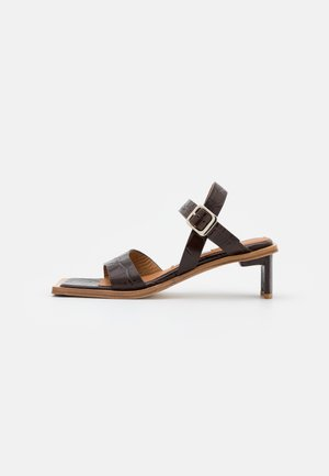 TARA - Sandaalit nilkkaremmillä - brown
