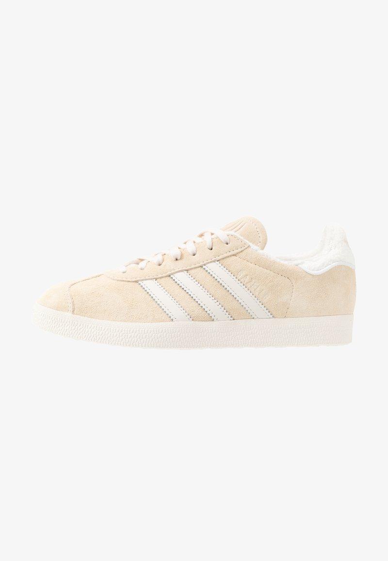 adidas Originals - GAZELLE - Joggesko - ecru tint/core white/footwear white