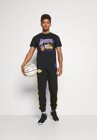 Mitchell & Ness - NBA LA LAKERS 16X WORLD CHAMPIONS TEE - Article de supporter - black - 1