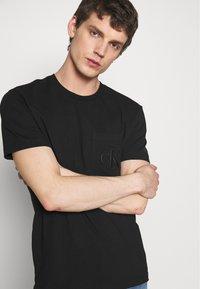 Calvin Klein Jeans - TONAL POCKET MONOGRAM TEE - Print T-shirt - black - 3