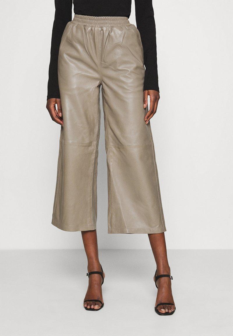 JUST FEMALE - ROY TROUSERS - Pantalon en cuir - grey