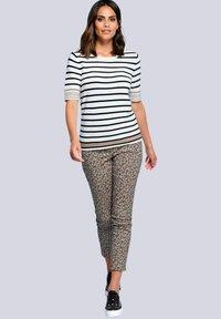 Alba Moda - Print T-shirt - off-white/schwarz/cognac - 1