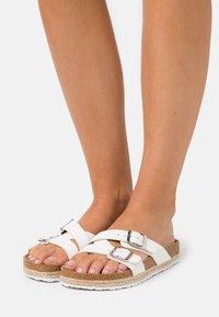 Dorothy Perkins - FOXY DOUBLE BUCKLE FOOTBED - Domácí obuv - white - 0