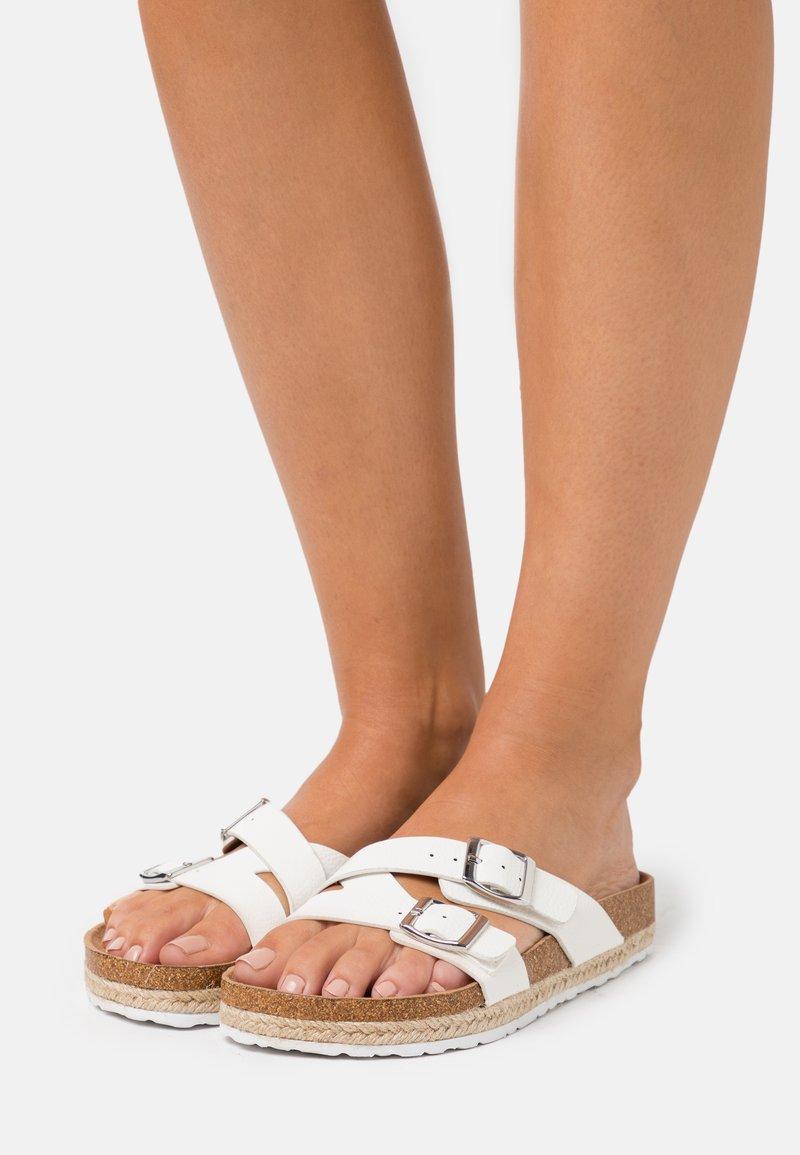 Dorothy Perkins - FOXY DOUBLE BUCKLE FOOTBED - Domácí obuv - white