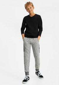 WE Fashion - JONGENS MET TAPEDETAIL - Tracksuit bottoms - blended light grey - 1