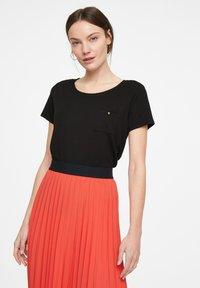 comma - Basic T-shirt - black - 0