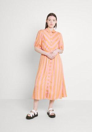 YASMEGGO MIDI SHIRT DRESS  - Shirt dress - sandstone/blush stripe