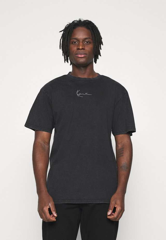 SMALL SIGNATURE WASHED TEE UNISEX  - Camiseta estampada - black