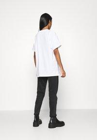 Levi's® - ROAD TRIP TEE - Print T-shirt - white - 2