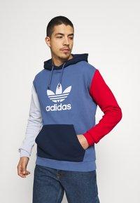 adidas Originals - BLOCKED UNISEX - Jersey con capucha - crew blue/halo/scarlet - 0
