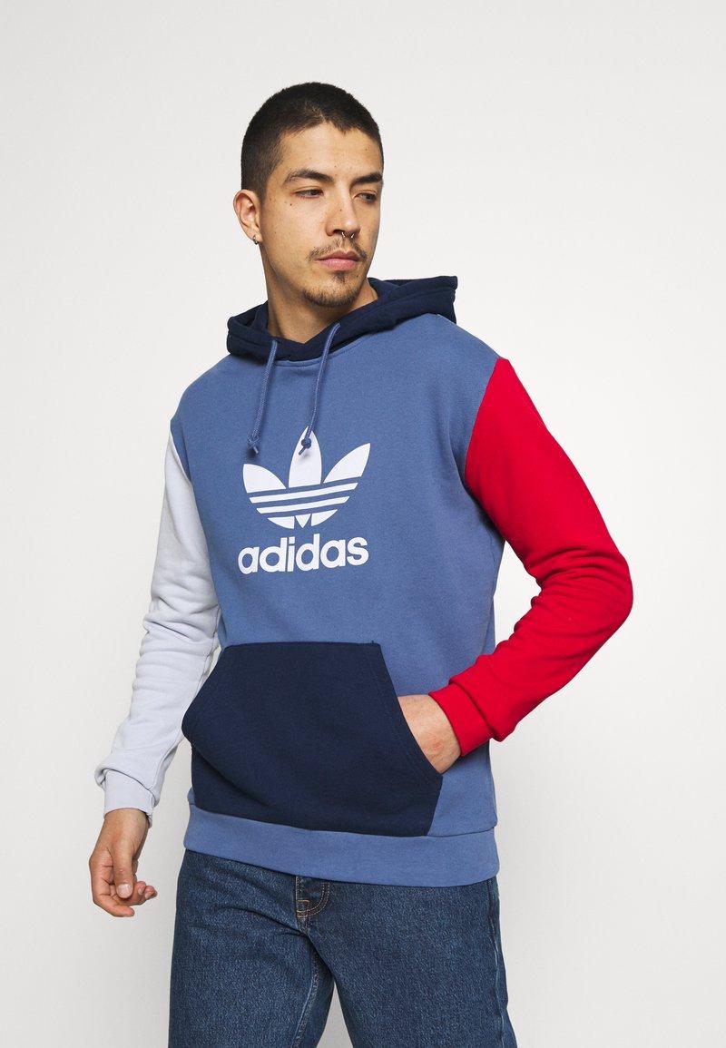 adidas Originals - BLOCKED UNISEX - Jersey con capucha - crew blue/halo/scarlet