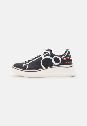 DOUBLE GALLERY MICKEY MOUSE PRINTED - Sneakers laag - black
