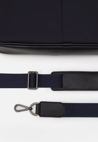 Hackett London - GATES SINGLE DOC - Across body bag - navy/black - 4
