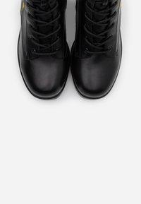 Koi Footwear - VEGAN - Stivaletti con plateau - black - 5