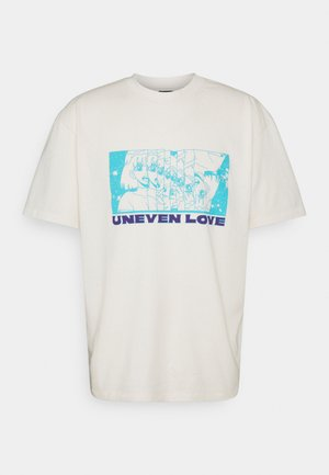 UNEVEN LOVE UNISEX - Print T-shirt - whisper white