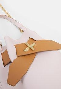 ZAC Zac Posen - BRIGETTE BELTED BUCKET - Handbag - multi/rose - 4