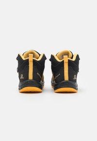 Salomon - OUTWARD CSWP UNISEX - Hiking shoes - safari/phantom/warm apricot - 2