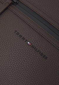 Tommy Hilfiger - ESSENTIAL COMPUTER BAG UNISEX - Borsa porta PC - brown - 4