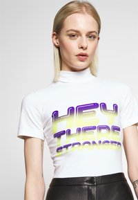 House of Holland - HEY THERE SHRUNKEN TEE - Print T-shirt - white - 4