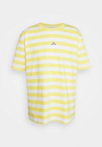 Holzweiler - HANGER STRIPED TEE - Triko spotiskem - yellow/white - 4