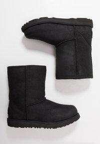UGG - CLASSIC SHORT WP - Korte laarzen - black - 0