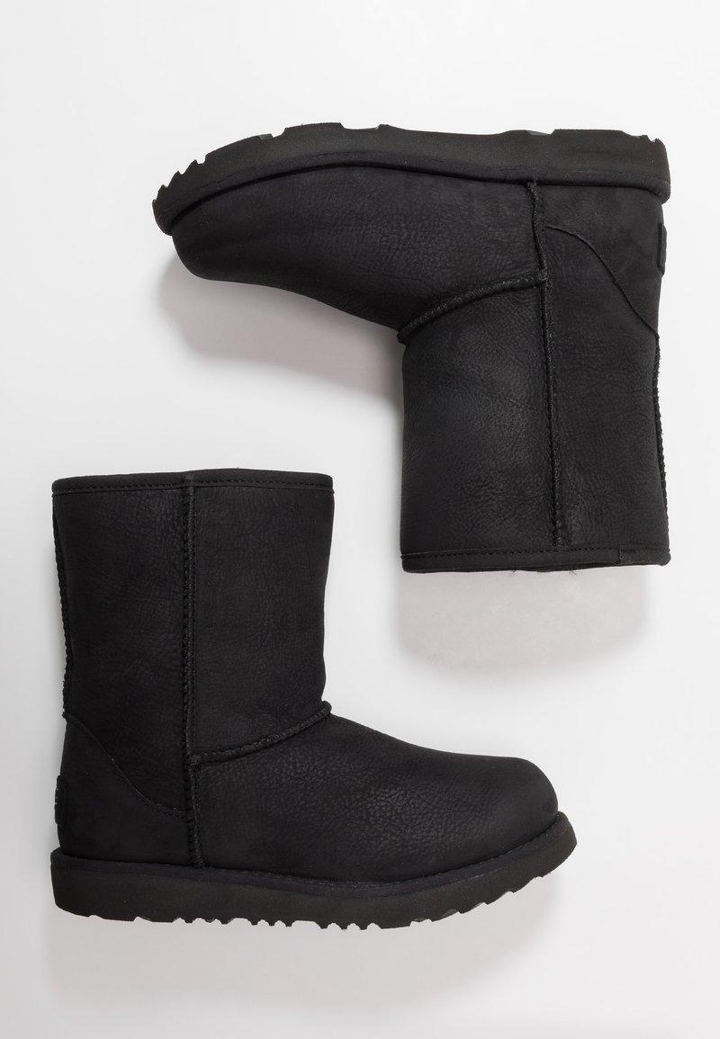 UGG - CLASSIC SHORT WP - Korte laarzen - black