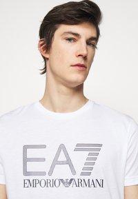 EA7 Emporio Armani - Print T-shirt - white/black - 3