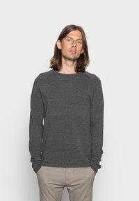 Jack & Jones - JJEHILL CREW NECK - Stickad tröja - dark grey melange - 0