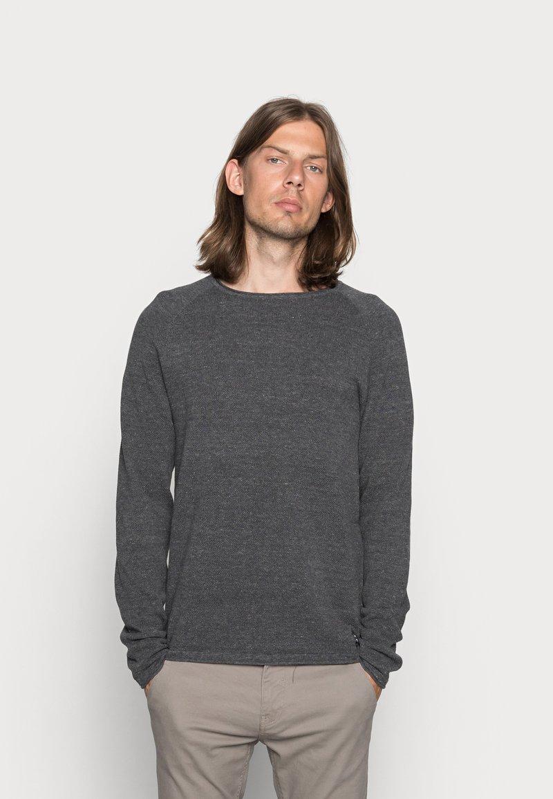 Jack & Jones - JJEHILL CREW NECK - Stickad tröja - dark grey melange