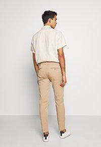 Bruuns Bazaar - DENNIS JOHANSEN PANT - Chino - roasted grey khaki - 2