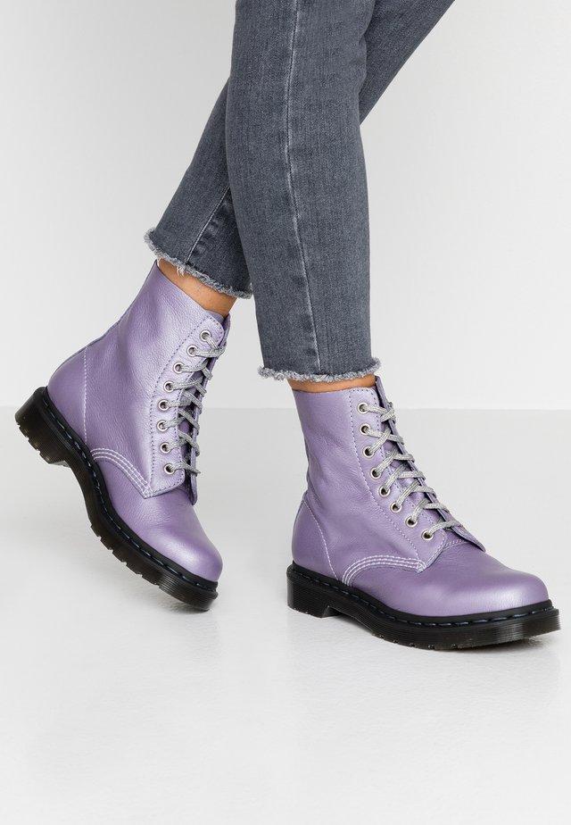 1460 PASCAL - Enkellaarsjes met plateauzool - lavender metallic virginia