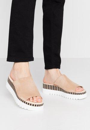 Pantofle na podpatku - caramel/natur