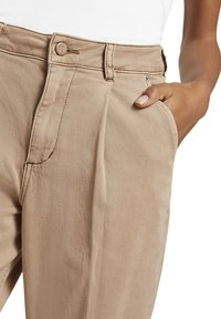 mine to five TOM TAILOR - MIT FALTENDETAIL - Jeans Tapered Fit - light ginger - 5