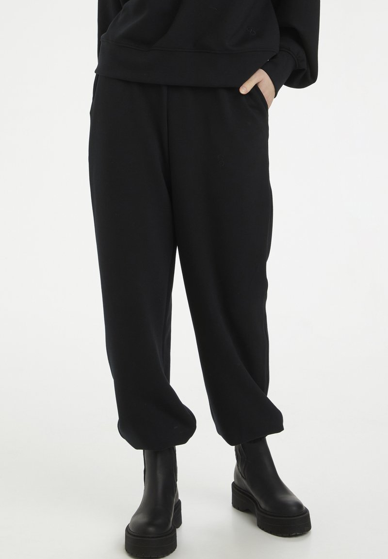 Gestuz - CHRISDAGZ - Tracksuit bottoms - black